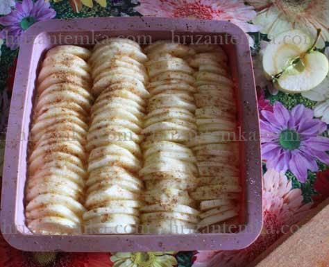 Сирник з яблуками і корицею
