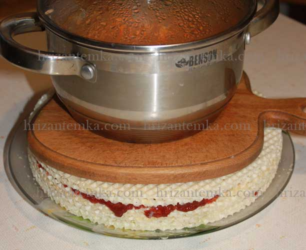 Як приготувати вафельний торт зі згущеним молоком